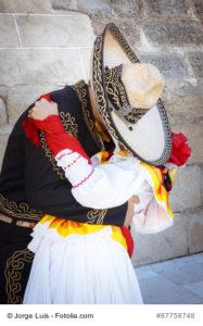 Pareja de novios con traje tradicional mexicano. Pareja besndose. Pareja tapados con sombrero demostrndose amor.