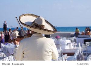 Mariachi con violino suona sulla spiaggia