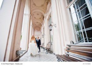 Hochzeitspaar in einer besonderen Hochzeitslocation - Bild: AS Photo Project - fotolia.com