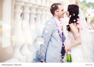 Ein glückliches Brautpaar zur Hochzeit - Bild: Mila Supynska - Fotolia.com