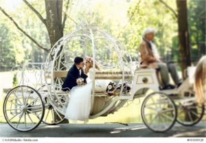 Ist dies eine Hochzeitskutsche auf dem Weg zur Trauung in Mönchengladbach am Niederrhein? - Bild: IVASHstudio - Fotolia.com