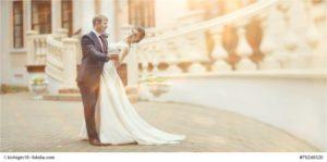 Ein glückliches Brautpaar tanzt verliebt nach der Trauung - Bild: kichigin 19 - Fotolia.com