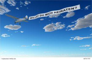Flugzeugbanner zum Heiratsantrag - Willst Du mich heiraten? - Bild: © styleuneed - fotolia.com