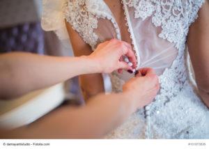 Im Atelier wird das genaue Maß für das Brautkleid genommen - Bild: