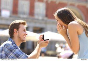 Emotionaler Heiratsantrag - Bild: © Antonioguillem - fotolia.com