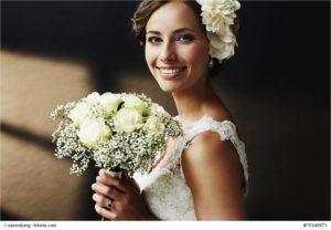 Schöne Braut im Hochzeitskleid mit Brautstrauß - Bild: © sanneberg