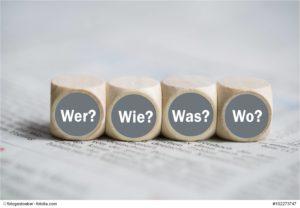 Würfel mit den Wörtern Wer, Wie, Was und Wo auf einer Zeitung © fotogestoeber