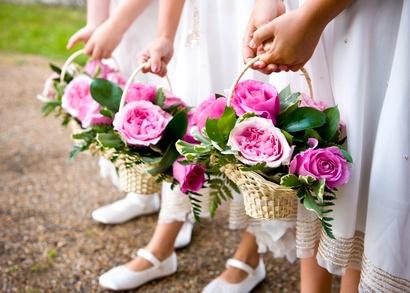 Die Blumenkinder warten auf das Brautpaar - Symbolbild: Paul Fairhurst - Fotolia.com